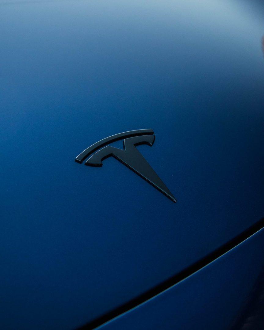 Tesla Model 3 zwart logo